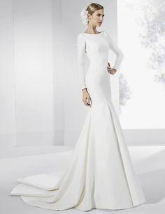 Vestidos de novia con amplia cola y espalda de tul seda natural.