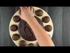 Arrange Exactly 12 Cupcakes In A Circle. You'll Be Surprised On The Filled Cupcakes, 12 Cupcakes, Muffins, Cream Clocks, Baking Cups, Relleno, Whipped Cream, Cocoa, Fondant
