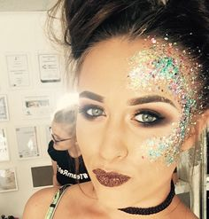 rhinestone eye makeup, Coachella makeup looks, festival make up, sparkly jewelry into your makeup look Festival Makeup Glitter, Glitter Eye Makeup, Zombie Makeup, Halloween Makeup, Glitter No Rosto, Festival Make Up, Halloween Festival, Festival 2017, Make Carnaval