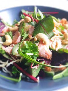 Sprød salat med varmrøget laks, Cashew nødder og peberrod