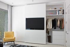 Televisão na porta do guarda-roupa