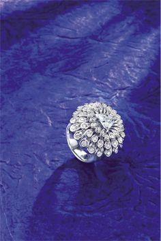 Selección de joyas, pendientes y anillos de oro y diamantes. Anillo original en oro blanco y diamantes de Miguel Antón.
