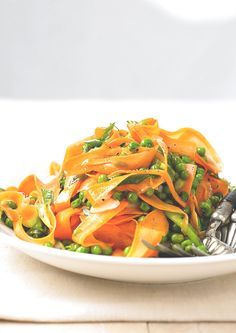 Dressed in a mix of honey and white wine vinegar, this light carrot and pea salad makes a super starter before your main course. Don't forget a side of bread! #salad #spiralizing