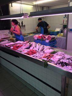 esta es una imagen de los diferentes tipos de peces. cuando entramos en estas secciones, el olor a pescado era muy fuerte.