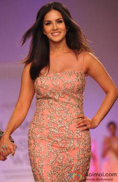 Sunny Leone sizzles the ramp at 'Lakme Fashion Week' 2014