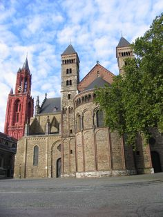 Maastricht Tempel-Komplex Barcelona Cathedral, Mansions, House Styles, City, Building, Places, Temples, Manor Houses, Villas