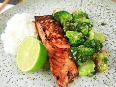 Sojamarinerad lax med sesambroccoli | Recept från Köket.se Veggie Recipes, Dinner Recipes, Healthy Recipes, Ham Recipes, Broccoli Recipes, Clean Eating, Healthy Eating, Healthy Food, Salmon Dishes