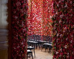 I cannot believe in this cenario! These are real flowers covering all the walls on DIOR Couture fashionshow. This is what Dior can do to impress and inspire. Is there a way for not loving it?