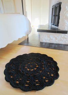 Tee-se-itse-naisen sisustusblogi: Crocheted Doily Rug In Black