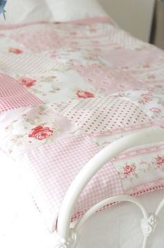 Will make a patchwork quilt one day Shabby Chic Quilts, Shabby Chic Cottage, Shabby Chic Decor, Rose Cottage, Quilting Projects, Quilting Designs, Sewing Projects, Pink Quilts, Girls Quilts