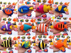 Más fotos aquí:  http://www.ladybugonchamomile.com/galleries/fishes-of-the-coral-reef/  Colección de peces de mar Linda! Peces de la gran barrera de coral. Peces de coral.  (El precio es por 1 artículo)  PECES DE MAR:  1. French angelfish 2. pez ángel emperador 3. Mora ídolo 4. peces de colores 5. llama angelfish 6. Copperband narizona 7. pez loro arcoiris 8. Rey angelfish 9. Arabian angelfish 10. oro mariposa 11. pez payaso 12. gramma Loreto 13. Anthias 14. ballesta payaso 15. blue tang 16…