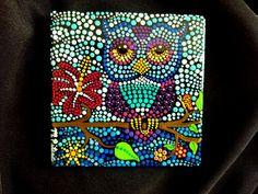 Carreau de céramique Chouette sur une branche  Peint par Pitrone Miranda à la main  Dimensions: env. 4 en 4 à  Couleurs : Blanc, bleu, Turquoise, bleu canard, bleu clair, bleu pâle, gris bleu, violet, rouge, jaune, vert  Forme : carré Médium : acrylique Scellés/protecteur : Oui. avec protecteur UV intérieur et extérieur vernis - brillant Style: Dot Art scène La technique : Art Pointillisme, Dotillism, dot   Mettez de la couleur dans votre vie ou de quelquun dautre!!!  Ils sont parfaits pour…