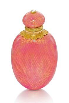 A Fabergé two-colour gold-mounted enamel scent bottle, workmaster Michael Perchin, St Petersburg, 1899-1903 - Sotheby's