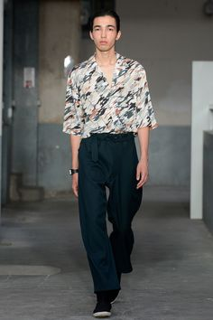See the complete Lemaire Spring 2018 Menswear collection.