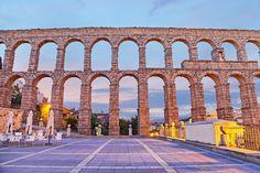 El acueducto de Segovia es un monumento que fue construido por los primeros romanos en España. Ha sido muy bien conservado. Fue construida de 24 mil bloques de granito sin utilizar ningún mortero. Todavía provee de agua a la ciudad hoy.