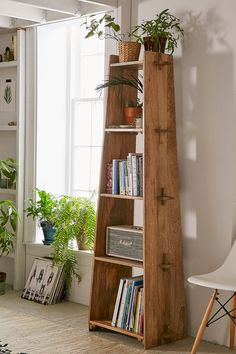 Lean and clean: A rustic wood shelf takes tusk-and-groove construction to a new … - Regal Selber Bauen Furniture Projects, Wood Furniture, Home Projects, Furniture Design, Office Furniture, Furniture Storage, Wood Shelves, Rustic Bookshelf, Wooden Bookcase