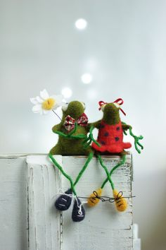 Hey, I found this really awesome Etsy listing at https://www.etsy.com/listing/234336516/needle-felt-frogs-little-felt-green