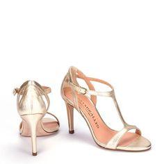 Los vestidos de novia sin duda alguna es la estrella en las bodas, sin embargo ellos no pueden brillar si no tienen los mejores zapatos de ...