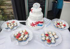 Komen er met jullie huwelijk 2 culturen samen? Show it in the cake! #bruidstaart #weddingcake Desserts, Food, Seeds, Tailgate Desserts, Deserts, Essen, Postres, Meals, Dessert