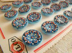 Fantastique bouton en verre moulé bleu avec riche décor peint à la main 1920