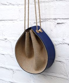 · ** Handmade Blue Leather bag ** When modern becomes a classic! Blue color leather bag with a design of burlap and with a cm or inches long strap. This handmade bag can be found in a vast… Handmade Handbags, Leather Bags Handmade, Handmade Purses, Diy Handmade Bags, Leather Gifts, Etsy Handmade, Leather Purses, Leather Handbags, Leather Purse Diy