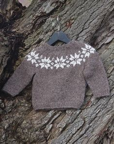 My Pins Stjerne sweater baby Stjerne sweater baby Baby Knitting Patterns, Baby Sweater Patterns, Baby Sweater Knitting Pattern, Knitting For Kids, Free Knitting, Crochet Baby Cardigan, Knit Baby Sweaters, Booties Crochet, Crochet Hats