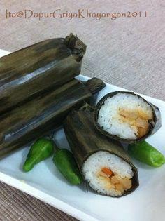 Dapur Griya Khayangan: Arem-Arem Snack Box, Avocado Egg, Asian Recipes, Pickles, Cucumber, Zucchini, Indonesian Food, Bakery, Food And Drink