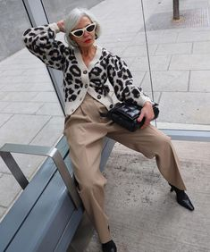 If you want to look as chic as possible, try these nine stylish outfit trends fashion people will wear in Street Looks, Street Style, Who What Wear, Simple Outfits, Stylish Outfits, Capsule Wardrobe, Style Audacieux, Blue Oxford Shirt, Best Cardigans