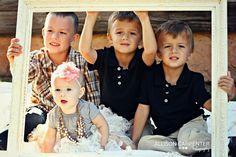 LOVE the frame! children's photography poses sibling pose family photography fall mini sessions