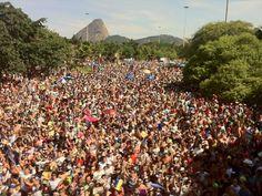 """12 fev 2013 - Carnaval de rua, Bairro do Flamengo, Rio de Janeiro - """"Orquestra Voadora"""" arrasta uma multidão de foliões pelo Aterro do Flamengo nesta terça-feira de carnaval. (Foto: Fernando Maia/ Riotur)"""