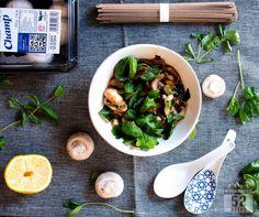 Valkosipuliherkkusienet misoliemessä & nuudeleita //   Garlic & Miso Mushrooms with Noodles