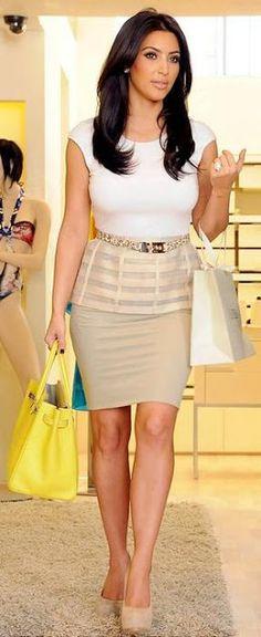 Increíble conjunto de falda y camiseta, en tonos neutros.
