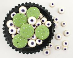 Fun easy Creepy Eyeball Cookies via @SweetSugarBelle {Callye Alvarado}