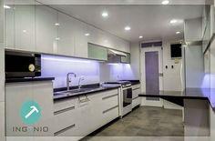Mueble cocina alto y bajo con estructura en melamine color blanco y frente con acabado poliuretano