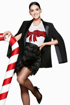 Katy Perry embraces the festive spirit in a timeless tuxedo jacket, styled with an essential holiday t-shirt and H&M's statement ear cuffs.  #HappyandMerry