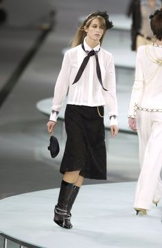http://www.livingly.com/runway/Chanel/Paris Fashion Week Spring 2002/2WeOdpz6LgC