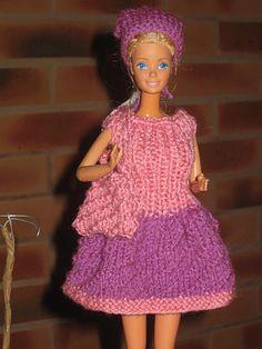 Bonjour à toutes, Voilà une nouvelle tenue pour notre barbie pour faire du lèche-vitrine, c'est une petite robe réalisée en point oblique, un point que nous avait montré Lili, du blog Passionsd'émeraude, vous trouverez les explications ICI, J'ai assorti...
