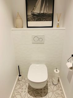 Réalisé par Les Salles de bains d'Inès. WC suspendu blanc avec faïence structurée et carrelage arabesque pour une ambiance sobre et chic #LesSallesdebainsd'inès #carrelage #moderne #chic #arabesque #wc #faience #wcsuspendu #Lorient #AnoriantGroup #toilette