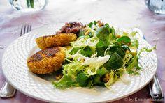 KNUSPERKABINETT: Quinoa-Kürbis-Taler mit Dattelchutney und Wintersalat <3 glutenfree and vegan Quinoa, Vegan Snacks, Veggies, Tasty, Chicken, Meat, Recipes, Food, Vegan Main Dishes