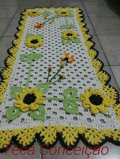 T Crochet Tablecloth, Crochet Doilies, Crochet Flower Patterns, Crochet Flowers, Rajasthani Mehndi Designs, Crochet Sunflower, Table Runner Pattern, Centre Pieces, Crochet Home