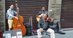 InFlorence, aKorean tourist joined inwith agroup ofstreet musicians
