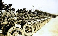 Bersaglieri motociclisti in A.S. (tra essi si distingue la MOVM Giacinto COVA).