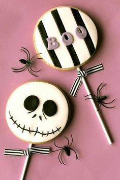 Disneys the nightmares before Christmas cookie pops halloween cookies Halloween Donuts, Halloween Desserts, Biscuits Halloween, Dulces Halloween, Postres Halloween, Halloween Sugar Cookies, Halloween Goodies, Halloween Food For Party, Holiday Cookies