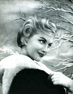Votre Beauté November 1957  Fourrures Revillon, photo Geiger