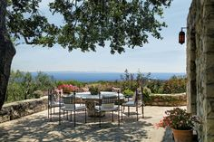 JEFF BRIDGES CALIFORNIA COMPOUND 2015 <> Alfresco Delight  See yourself sitting at a large circular table enjoying stunning Pacific views beneath the shade of a large tree. Source:Jim Bartsch