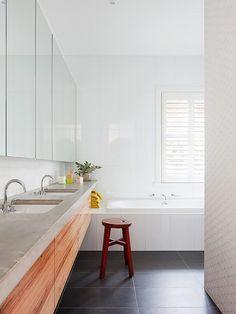 bancada de cimento em banheiro branco