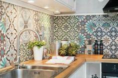 Fliesen-Deko Ideen: schöne Einbauküche, bunte marokkanischen Fliesen, orientalische Küche