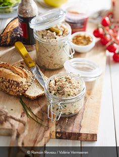 RILLETTES DE POULET ONCTUEUSES Ingrédients pour 8 personnes : 2 cuisses de poulet fermier St SEVER Label Rouge 2 petits oignons blancs 5 cornichons au vinaigre 3 cuillères à soupe de fromage blanc 1 cuillère à soupe de moutarde à l'ancienne 1 pincée de piment d'Espelette 3 cuillères à café d'huile d'olive 5 brins de ciboulette 1 pincée d'estragon en poudre Fleur de sel. Des rillettes pour des tartines gourmandes et douces. On peut varier les plaisirs en optant pour une version plus pimentée. Fresh Cheese Recipe, Cheese Recipes, Charcuterie, Feta, Camembert Cheese, Onion, Label Rouge, Easy Meals, Lunch