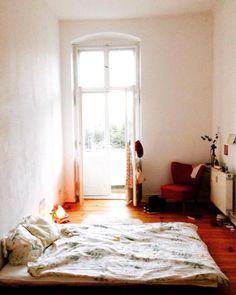 tolles erkerzimmer mit riesigem bogenfenster, sitzecke im retro