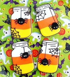 Pin for Later: halloween food cookies. These Candy Corn Mason Jar Cookies are adorable yet spooky and perfect for Halloween! Amy of BZ Bees Sweet Treats walks us through the steps to create them. Halloween Desserts, Halloween Cookie Recipes, Halloween Cookies Decorated, Soirée Halloween, Halloween Sugar Cookies, Halloween Mason Jars, Halloween Treats, Halloween Biscuits, Halloween Tutorial